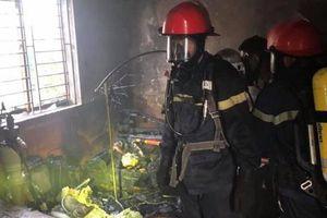 Nghệ An: Căn nhà 2 tầng bốc cháy dữ dội do chủ là quần áo rồi bỏ quên sang hàng xóm chơi