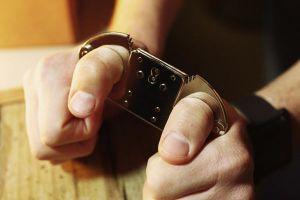 Ém hơn 2 ngàn USD của bị hại, một cảnh sát bị khởi tố