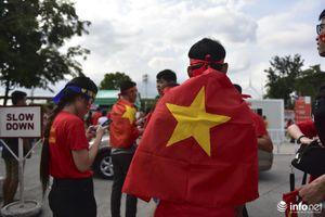 Cổ động viên Việt Nam 'tiếp lửa' cho U22 tại sân Binan trước trận gặp U22 Thái Lan