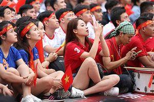 'Bóng hồng' khoe sắc trong ngày U22 Việt Nam đánh bại U22 Thái Lan
