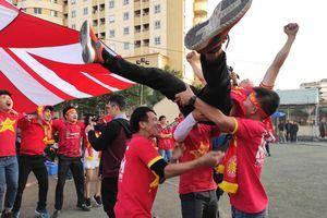 Cổ động viên vỡ òa cảm xúc khi cầu thủ Tiến Linh lật ngược tình thế sút tung lưới đội tuyển Thái Lan