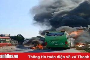 Xe khách bốc cháy dữ dội, quốc lộ 1A ùn tắc nghiêm trọng