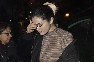 Selena Gomez buồn bã, liên tục che mặt ra phố sau khi bị chê 'hát dở'