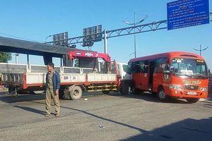 Xe tải tông ô tô khách, nhiều người bị thương ở Bình Tân