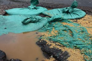 Vá 'ổ voi' đường 7.800 tỷ bằng bao cát vì công nhân... vội