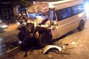 Ôtô 16 chỗ tông đuôi xe đầu kéo, tài xế tử vong