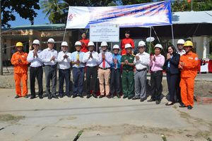 EVNSPC gắn biển công trình cấp điện lưới quốc gia ra xã đảo Tiên Hải