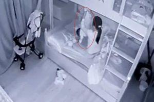 Clip: Bé gái 13 tháng tuổi bị người giúp việc cầm chân dốc ngược, ném chăn vào mặt