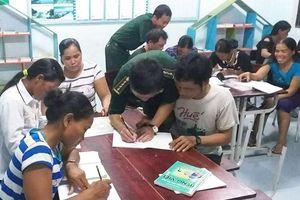 Lớp học xóa mù chữ ở bản Chân Trôộng
