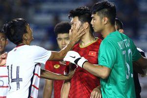Thành Chung bị cầu thủ Campuchia tát trước khi nhận thẻ vàng