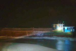 Tàu hàng không có người lái trôi dạt vào biển Hà Tĩnh
