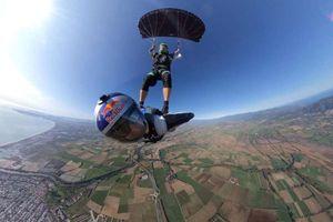 Người nhảy dù dùng bạn làm 'ván trượt' ở độ cao gần 5.000m
