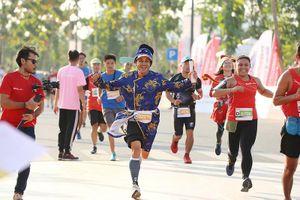 Hàng ngàn người chạy marathon dưới cái lạnh của Sài Gòn