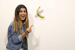 Quả chuối nghệ thuật giá 120.000 USD bị lột vỏ, ăn ngay tại triển lãm