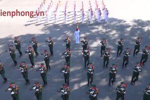 Chiến sĩ Đoàn Nghi lễ múa súng, xếp hình trái tim