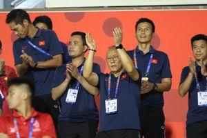 U22 Việt Nam 'xả trại', ông Park đi cổ vũ bóng đá nữ cuồng nhiệt
