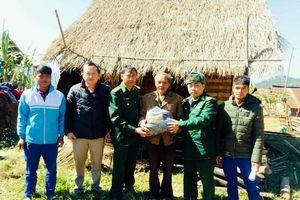 Bộ đội Biên phòng Nghệ An giúp dân vùng cao tránh rét cho người và vật nuôi