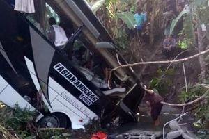 Xe bus rơi xuống sông, 5 người chết và 26 người bị thương