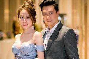 Quỳnh Nga diện váy gợi cảm khoe vòng 1 táo bạo, thân mật sánh bước với Việt Anh