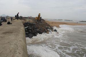 Kè biển bị sạt lở uy hiếp sân bay Tuy Hòa