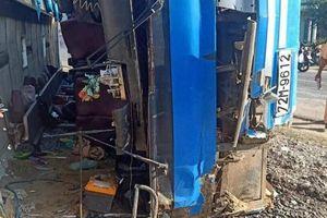 Nguyên nhân xe chở công nhân bị lật, đè chết 2 người ở Long An