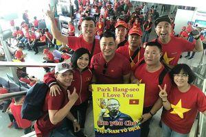 Phương Thanh, Lý Hùng mặc áo cờ đỏ sao vàng sang Philippines ủng hộ U22 Việt Nam