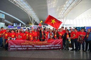 Hàng ngàn cổ động viên 'nhuộm đỏ' sân bay 'tiếp lửa' cho U22 Việt Nam