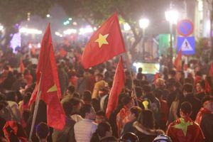 Hàng ngàn CĐV Sài Gòn, Hà Nội, Đà Nẵng xuống đường mừng chiến thắng của U.22 Việt Nam