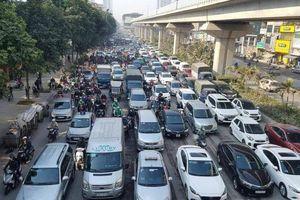 Chùm ảnh: 'Chôn chân' trong giá rét trên đường Nguyễn Trãi do ùn tắc