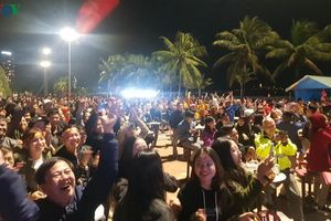 Người dân miền Trung xuống phố mừng chiến thắng của U22 Việt Nam