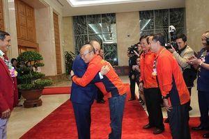 Thủ tướng Nguyễn Xuân Phúc ôm chặt các HLV Park Hang-seo, Mai Đức Chung