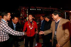 Hình ảnh các tuyển thủ Việt Nam xuất hiện trong vòng vây người hâm mộ