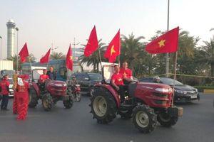 Dàn xe máy cày của CĐV ra Nội Bài đón hai đội tuyển Việt Nam