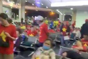 Nhật Cường, Lý Hùng và 300 CĐV vạ vật suốt đêm ở sân bay Philippines