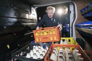 Một ngày trước bầu cử, thủ tướng Anh đi giao sữa để có thêm phiếu