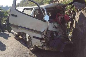 Xe 16 chỗ mất lái đâm vách núi, 1 người chết, 7 người bị thương