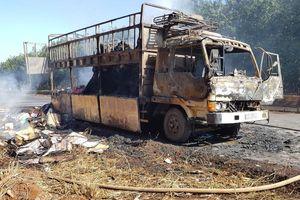 Xe tải chở bìa cát tông cháy chơ khung tại Bình Phước