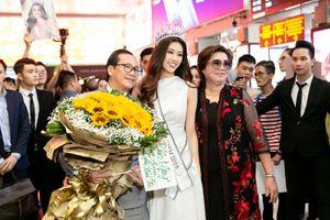 Hoa hậu Khánh Vân rạng rỡ tại sân bay ngày trở về TP HCM