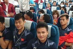 Hai 'đội tuyển vàng' bóng đá chung chuyến bay về Hà Nội