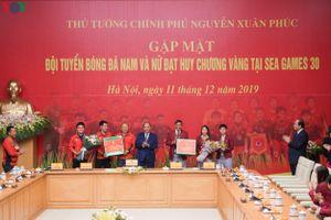 Thủ tướng Nguyễn Xuân Phúc gặp ĐT U22 và ĐT nữ Việt Nam
