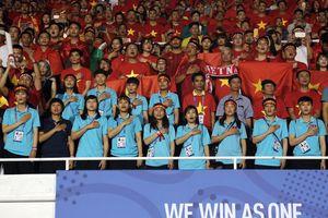 Tuyển bóng đá nữ Việt Nam rạng rỡ cổ vũ U22 Việt Nam giành HCV SEA Games