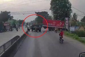 Xe ben lao lên dải phân cách khi tránh ôtô tải sang đường