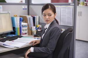 Định tự tử vì bị đuổi việc, người yêu bỏ, cuộc đời nàng công sở thay đổi chỉ sau một câu nói