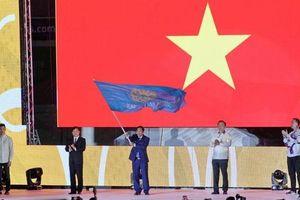 Xúc động hình ảnh Việt Nam nhận lá cờ SEA Games 31