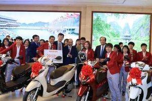 Tổng giám đốc Honda Việt Nam giải thích lý do chọn xe Lead và Winner X tặng hai Đội tuyển bóng đá