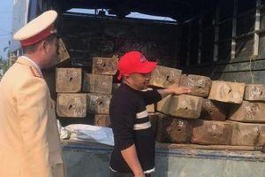 Tài xế chở gỗ lậu bỏ chạy khi thấy công an