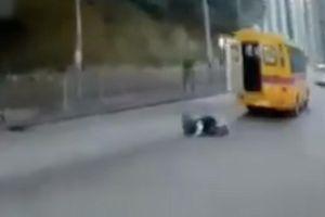 Học sinh rơi khỏi xe buýt đang chạy gây sốc ở Hong Kong