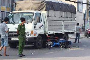 Mất lái sau khi bị giật điện thoại trên đường, 2 cha con lao xe máy vào gầm ô tô