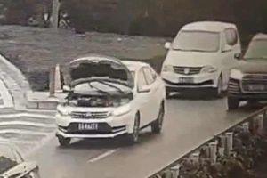 Kỳ lạ ôtô bật nắp capo vẫn chạy băng băng trên đường