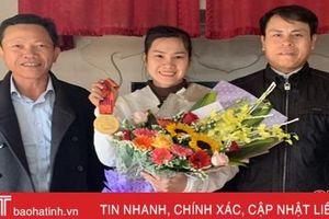 Quê nhà Hà Tĩnh mừng đón cô gái 'vàng' SEA Games Trần Thị Thêm